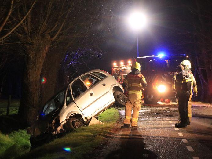 Een automobilist is door onbekende oorzaak van de weg geraakt op de Goorsteeg in Ede.