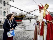 Sint vaart door de grachten bij intocht in Amsterdam
