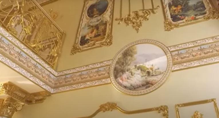Het huis is behangen met gouden ornamenten en andere versieringen
