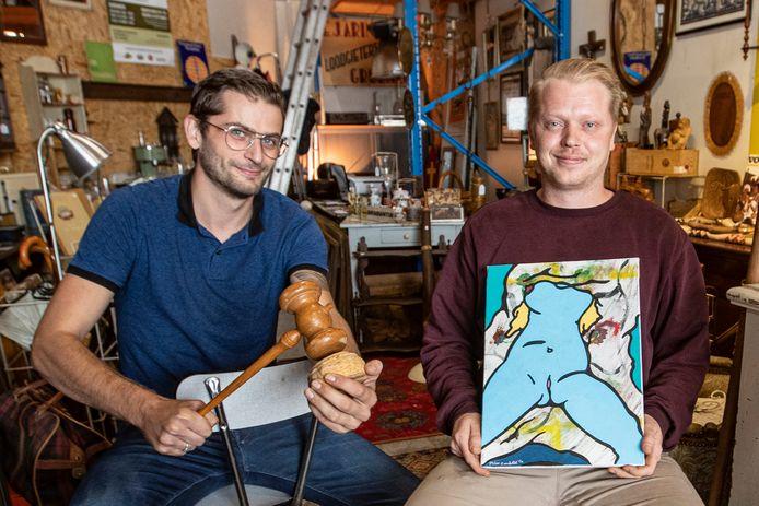 Koen Muller van de Nijverdalsche Brocanteur en veilingmeester Martijn Roelofs met het kunstwerk dat onder de hamer gaat voor het goede doel.