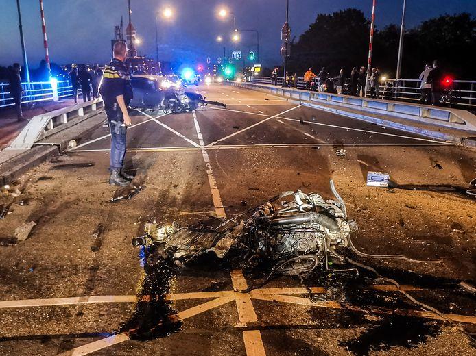 Een ravage op de Prins Hendrikbrug in Dordrecht, nadat daar maandagavond een ongeval plaatsvond.