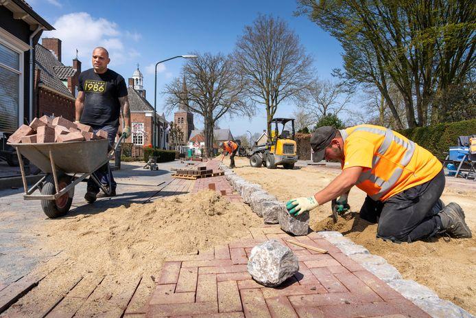 Nederland,  Helvoirt, werkzaamheden aan de Torenstraat met vervanging van riolering en straatwerk.