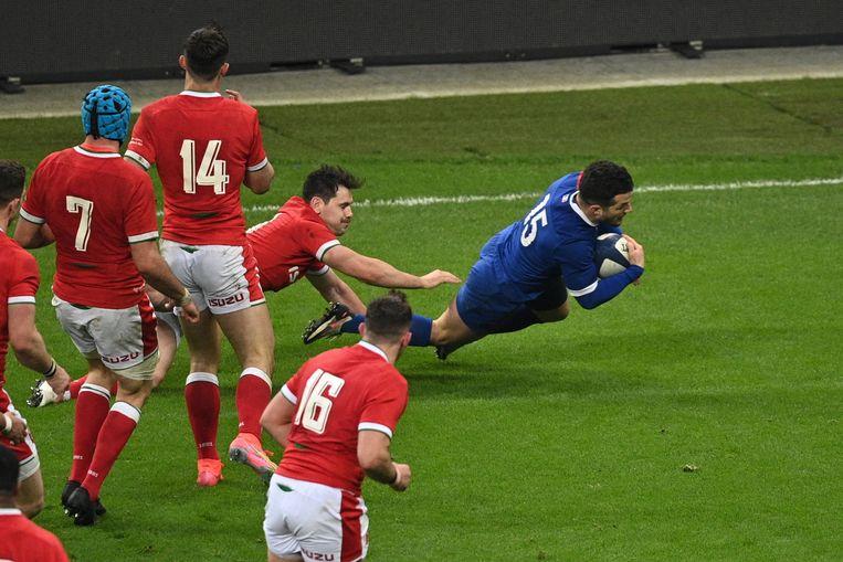 De Fransman Brice Dulin scoort de winnende try tegen Wales in het Zeslandentoernooi. Beeld AFP