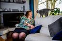 Loes de Vries kijkt liefkozend naar één van haar adoptiekatten.