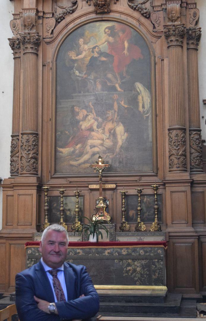 Karim Van Overmeire bij het Rubens-schilderij in de Sint-Martinuskerk.