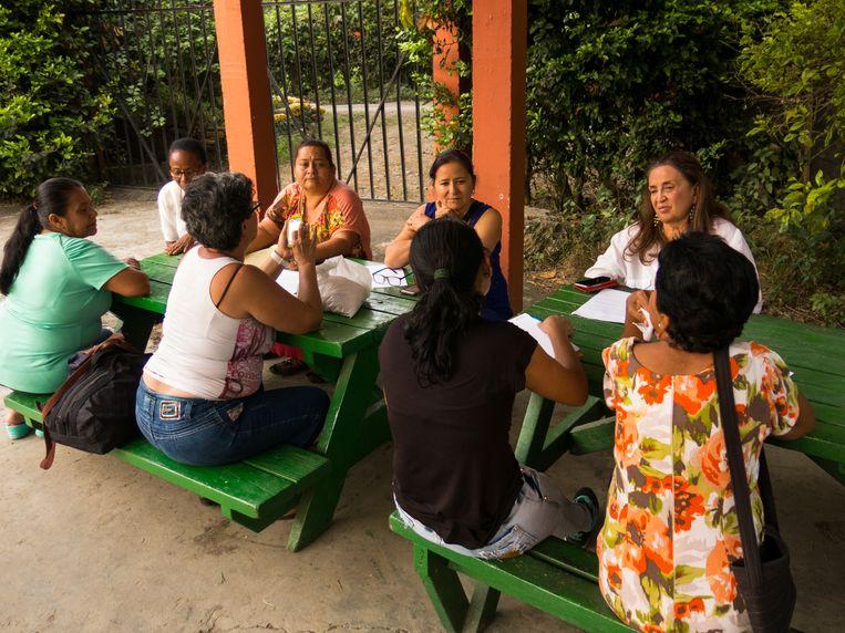 De wekelijkse vergadering van de vrouwenraad, met rechts, gekleed in het wit, oprichtster Angela Dolmetsch. Beeld Ynske Boersma
