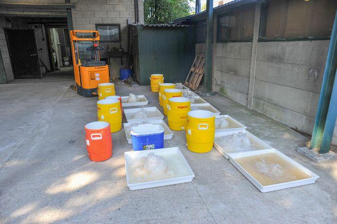 De politie trof in een loods in Nederweert een groot lab voor Crystal Meth aan. De kristalachtige drug wordt onder gemaakt met behulp van ketels.