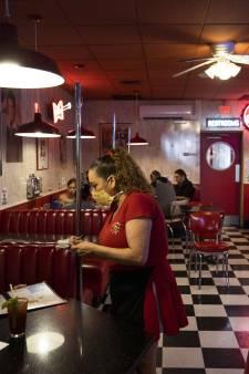 Minister wil reservering restaurant gebruiken voor opsporing corona
