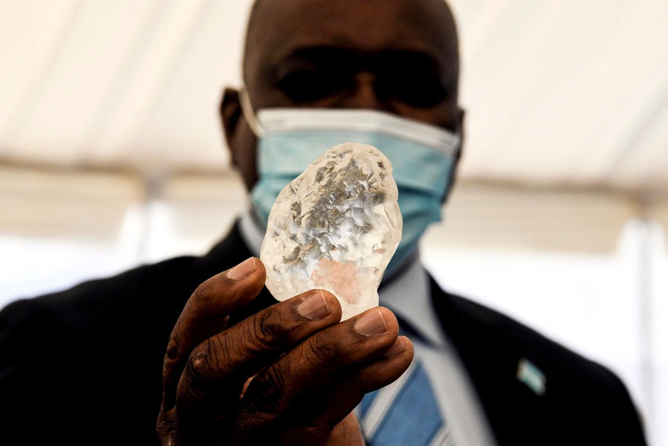 Cette pierre, découverte le 1er juin, a été montrée au président botswanais Mokgweetsi Masisi dans la capitale, Gaborone.