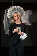 Dette Glashouwer verzorgde tijdens de uitreiking van het eerste Naoberkrediet in 2014 een performance over Geld en Genoeg.