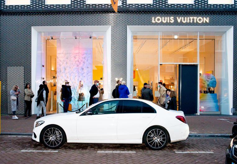 De wachtenden bij Louis Vuitton in de P.C. Hooftstraat.  Beeld Marjolein van Damme