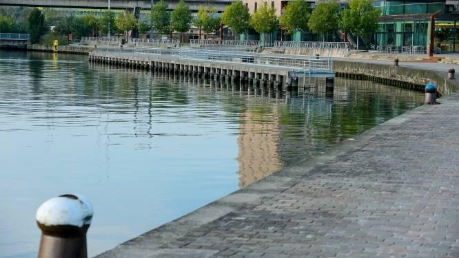 Binnenvaartschip op drift op het kanaal in Anderlecht