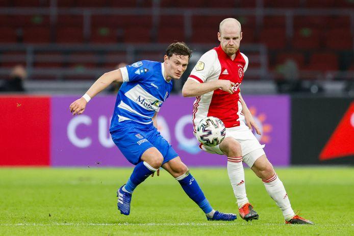 Rico Strieder (links) in duel met Ajacied Davy Klaassen. De verdedigende middenvelder van PEC Zwolle is na een vervelende knieblessure weer helemaal terug.