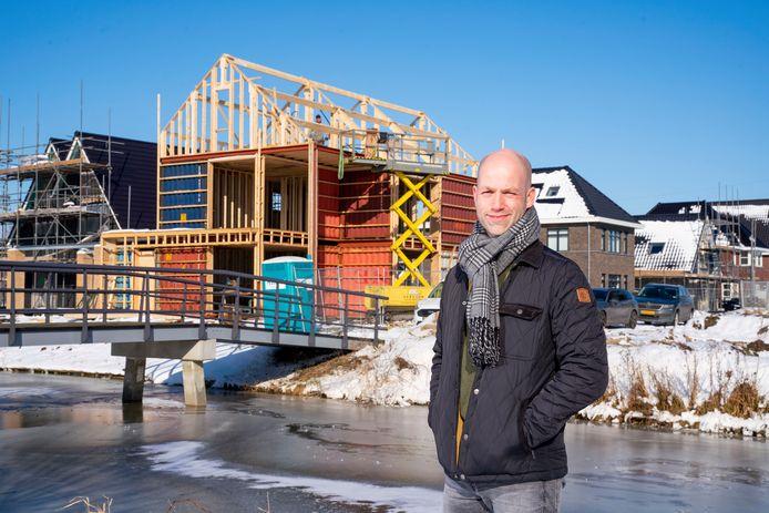 Stefan Potters voor zijn container woning in aanbouw in Papendrecht