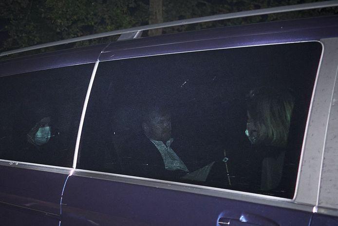 De auto van koning Willem-Alexander kwam weer aan bij paleis Huis ten Bosch na de extreem korte vakantie in Griekenland.