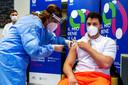 De eerste zorgmedewerkers in San Marino worden ingeënt.