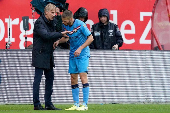 WIllem II-coach Adrie Koster geeft Bart Nieuwkoop instructies voor diens invalbeurt tegen FC Utrecht.