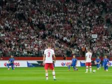"""L'Angleterre huée pour avoir mis un genou à terre, les joueurs polonais montrent le badge """"Respect"""" sur leur bras"""