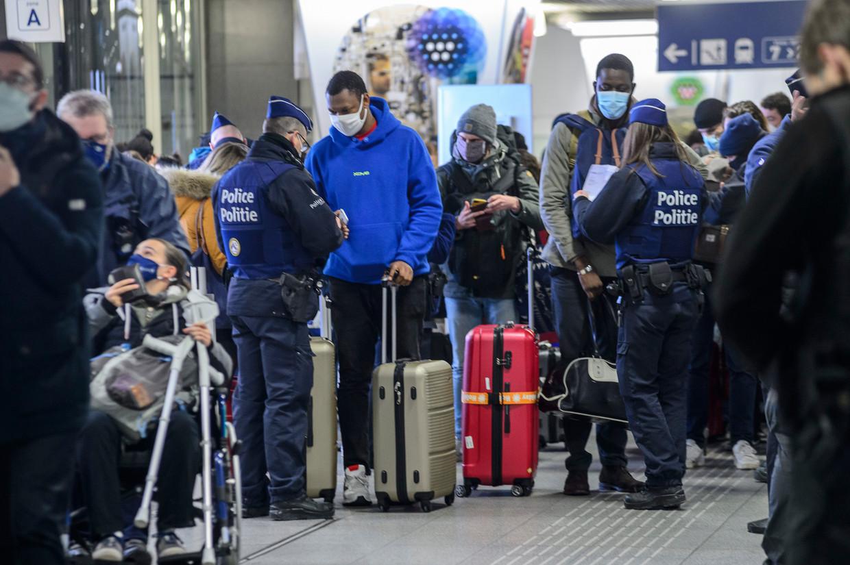 De politie controleerde dit weekend op station Brussel-Zuid of reizigers die in het buitenland waren geweest wel een Passenger Locator Form (PLF) hadden ingevuld. Beeld Reporters / QUINET