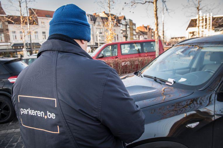 (Archiefbeeld) Een parkeerwachter in actie.