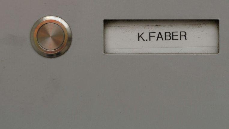 Hert naamplaatje van Klaas Carel Faber op de deur van zijn woning in Ingolstadt Beeld ANP