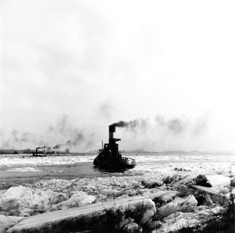 IJsbreker op de Waal nabij Zaltbommel. Beeld Nationaal Archief/Collectie Spaarnestad/Cevirum/G.A. van der Chijs