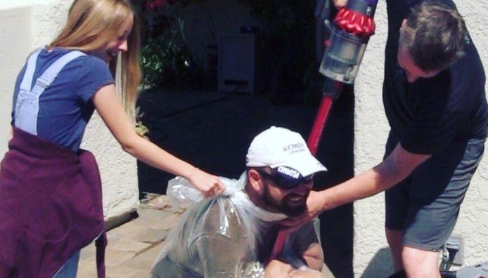 Un homme s'exerçant au défi de l'aspirateur