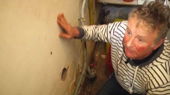 De woning van Sipke Vrouwer heeft te lijden onder het hoge grondwaterpeil.