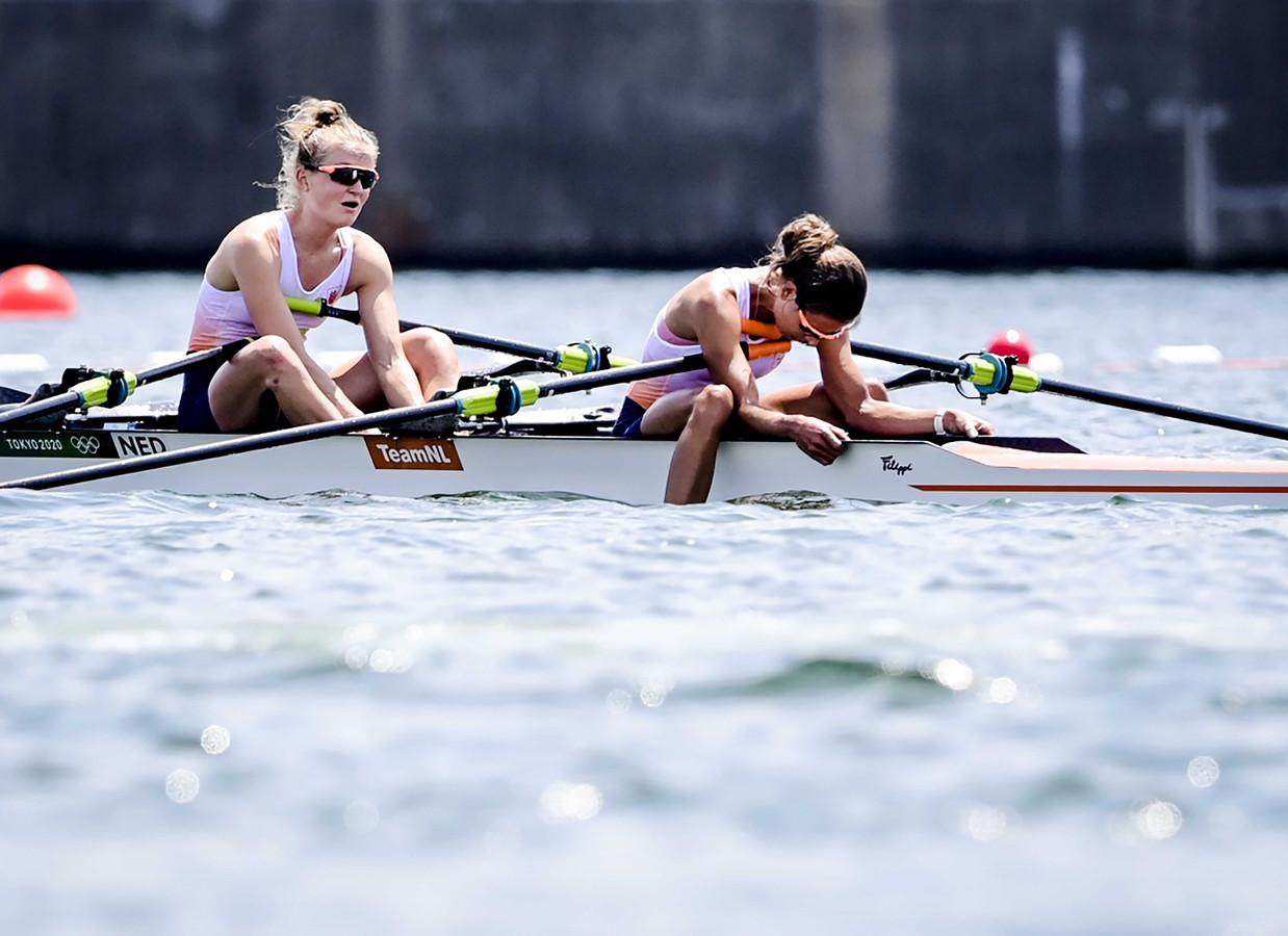 Roeisters Marieke Keijser en Ilse Paulis (R) lopen goud mis in de finale door een fout in de slotfase.