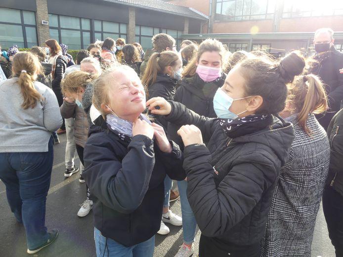 De leerlingen van Leiepoort campus Sint-Theresia kregen vrijdag een nekwarmer.