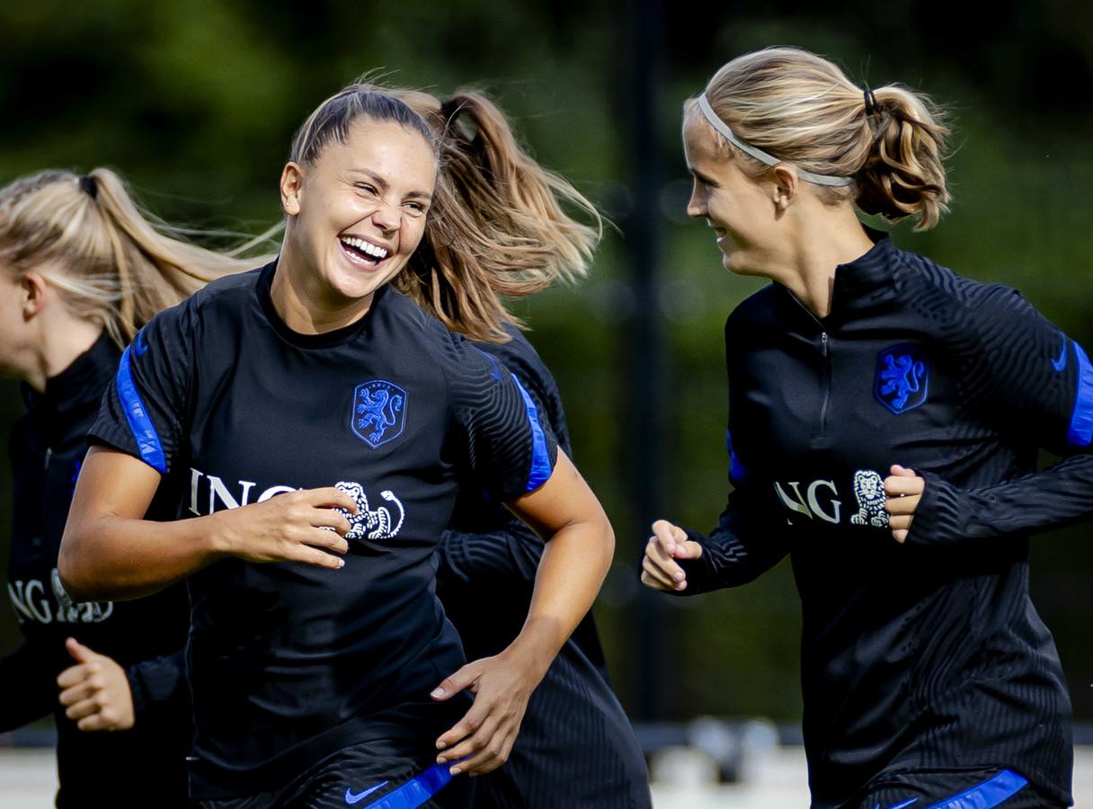 Lieke Martens (links) heeft plezier tijdens de eerste training onder Mark Parsons.