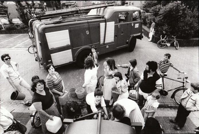 In juni 1981 was de Deurnese nieuwbouwwijk De Koolhof in rep en roer. Aanleiding: er kwam plots groen water uit de kraan. Het water uit de douchekraan was groen, het spoelwater van het toilet was groen, al het leidingwater was groen. Een aanslag op de volksgezondheid? Hulpdiensten voerden ijlings schoon water aan per tankwagen en wijkbewoners togen met emmers naar tappunten om een beetje voorraad te halen. De autoriteiten namen de kwestie hoog op en wisten de verantwoordelijken op te sporen. Het bleek om een misplaatste grap te gaan. Iemand had onschuldig kleurstof in de waterleiding gespoten. Het kwam hem duur te staan.