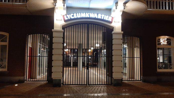 De hekken van het Lyceumkwartier, de 'poort naar de binnenstad', zitten dicht.