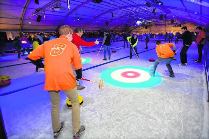Curling, op de foto boven in de ijshal in Dongen, wordt steeds populairder.
