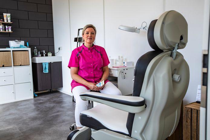 Pedicure Rebecca Haan is bezig met een inhaalslag om de mensen die twee maanden hun voeten niet konden laten verzorgen te helpen.