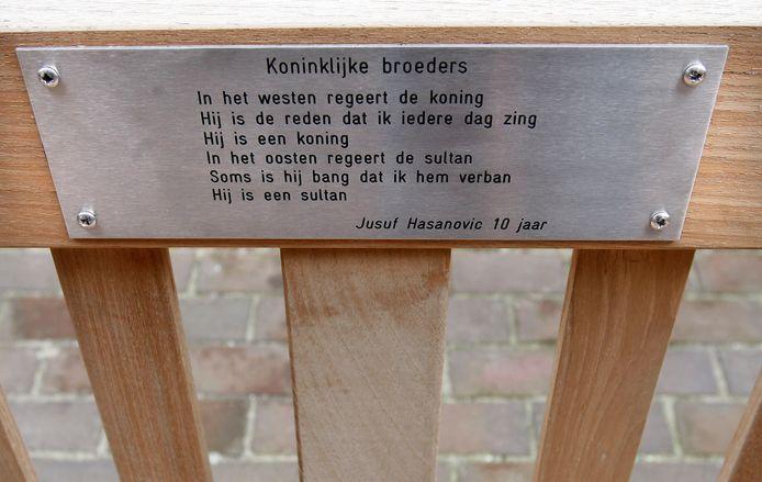 In 2010 werden de bankjes met kindergedichten op de Noord- en Zuid-Koninginnewal in Helmond feestelijk onthuld.