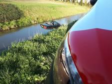 Oeps! Cabrio te water bij aanrijding in de Hoeksche Waard: 'Maar geluk bij een ongeluk'