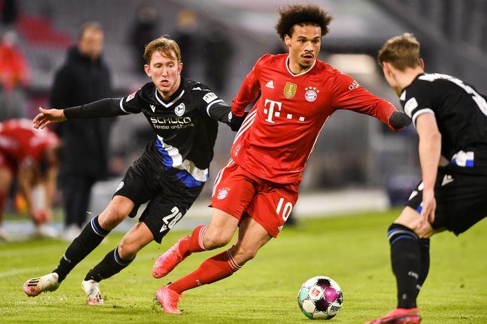 Michel Vlap (links) namens Bielefeld in de achtervolging op Leroy Sane van Bayern München.