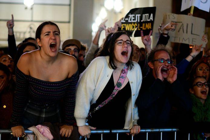 De bevolking reageert woedend.