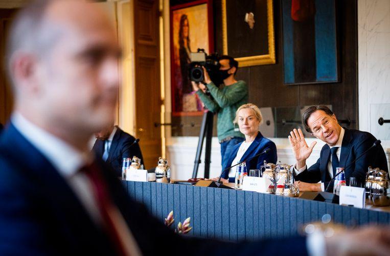 Sigrid Kaag (D66), Mark Rutte (VV) en op de voorgrond Gert Jan Segers (CU) in de Rooksalon van de Tweede Kamer. Beeld Freek van den Bergh / de Volkskrant