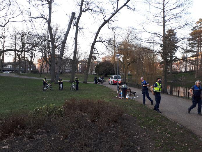 Het park is leeggeveegd door agenten. Iedereen is vertrokken.