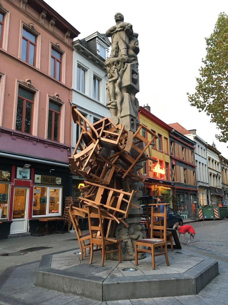 Een stapel stoelen tegen de Totem.