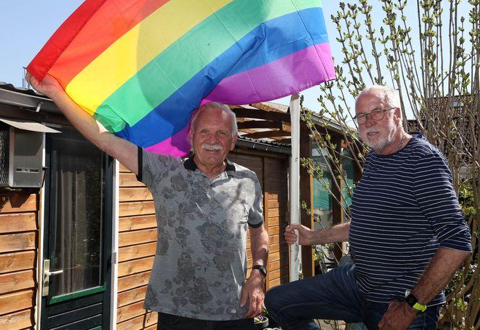 Jubilerend koppel Frits Nijhoff (links) en Lammert Veenhuizen  in hun tuin. Twintig jaar geleden waren zij het eerste stel van hetzelfde geslacht dat trouwde op de West-Veluwe.
