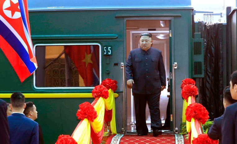 De Noord-Koreaanse leider Kim Jong-un bij aankomst in Dong Dang. Beeld EPA