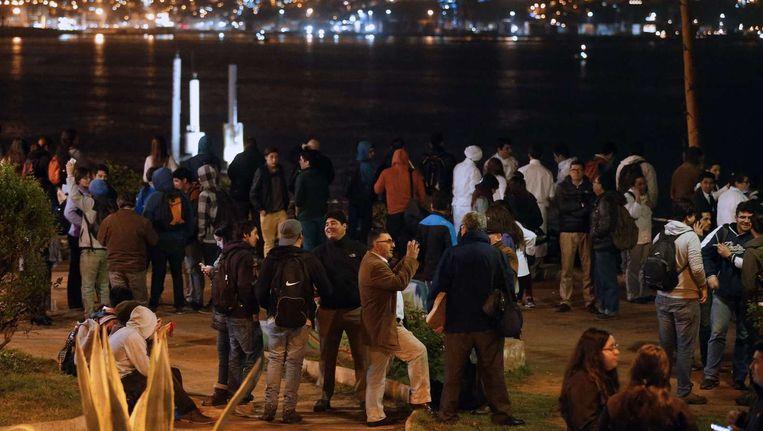 In Santiago komen de mensen samen op straat om het verloop van de verdere gebeurtenissen af te wachten. Beeld afp