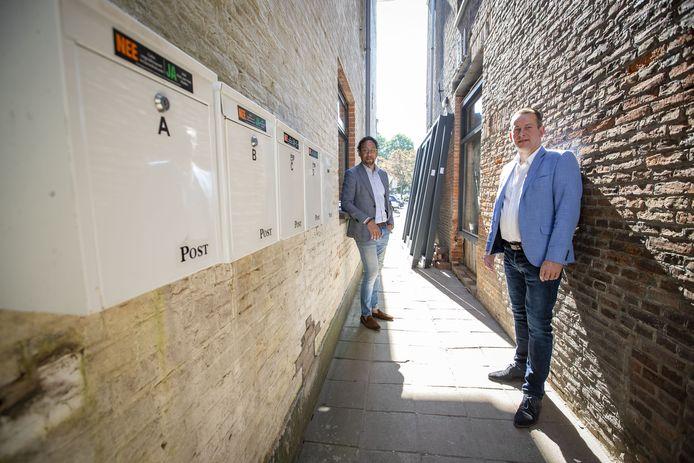 Martijn Makkinga (rechts) en Willem Loupatty van de VVD gaan de strijd met illegale kamersplitsing en willen graag weten waarom er overal ineens zoveel brievenbussen hangen.
