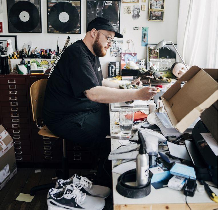 Jazz_Brak: 'Ik knutsel graag met schoenen. Dan zet ik de zool van de ene Nike onder een ander model. Zo zijn ze uniek. Het is nooit leuk als iemand dezelfde sneakers draagt als jij.' Beeld Anton Coene