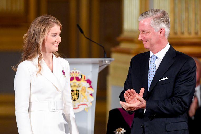 De Belgische vorst feliciteert zijn dochter, kroonprinses Elisabeth, met haar 18de verjaardag.  Beeld BELGA