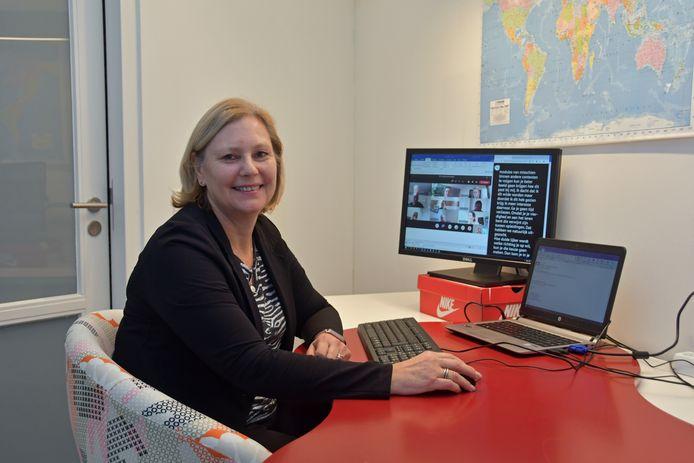 De slechthorende Gré Krijn Dieleman uit Terneuzen krijgt tijdens videovergaderingen hulp van een schrijftolk. De tolk schrijft alles uit wat gezegd wordt. En dat ziet Gré op haar scherm.