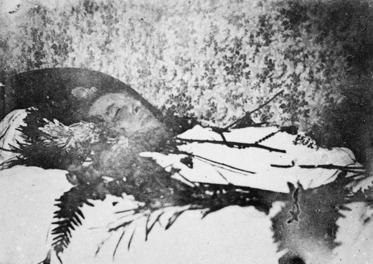 Oscar Wilde op zijn sterfbed gefotografeerd door Maurice Gilbert, mét het originele behang. Beeld rv